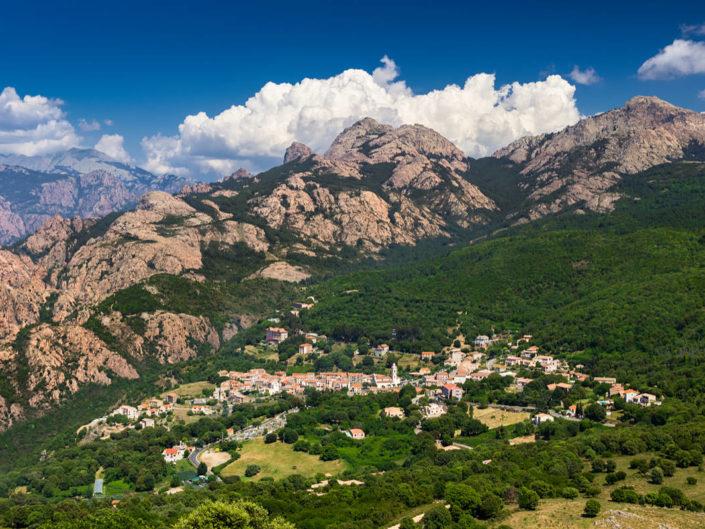 Weißes Dorf und rote Berge