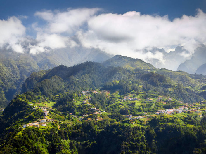 Grüne Berglandschaft auf Madeira