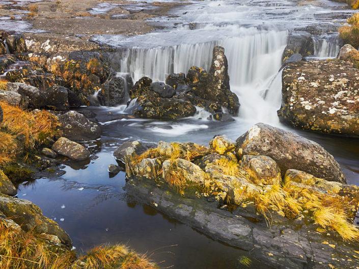 Fluss im weiten Grasland