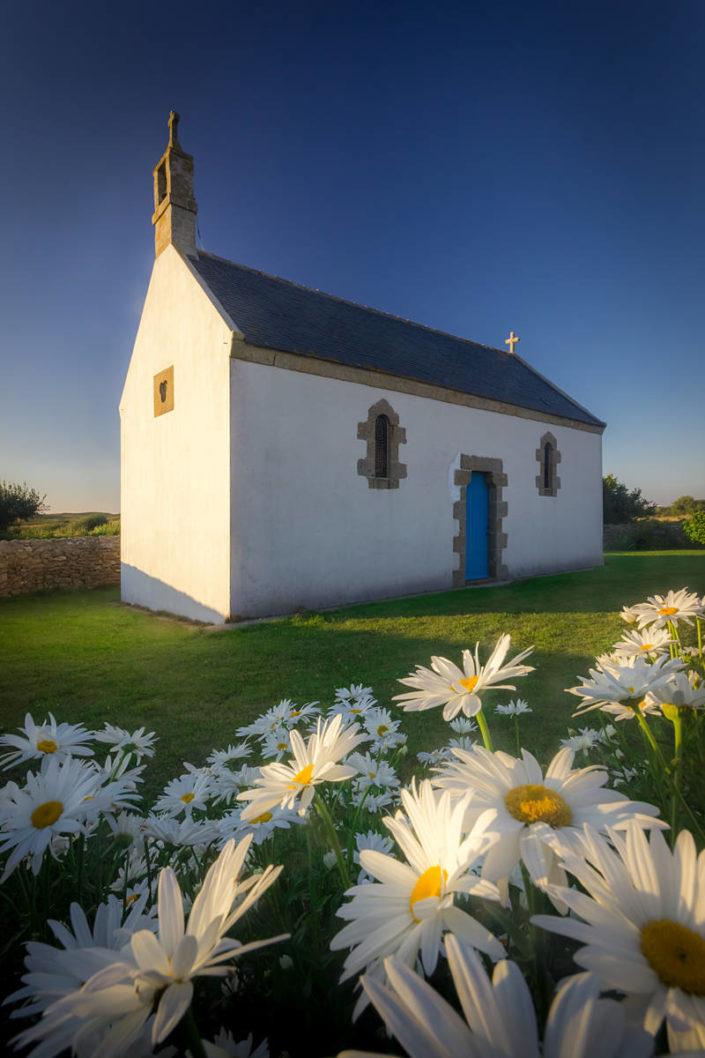 Kapelle im Blumenmeer